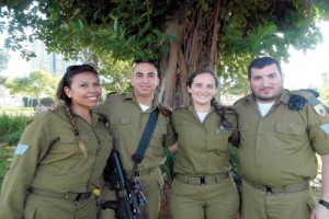 Los soldados israel�es Pamela Peretz, Dan Laureano, Galia Goldchain e Isac Nissani, jud�os nacidos e