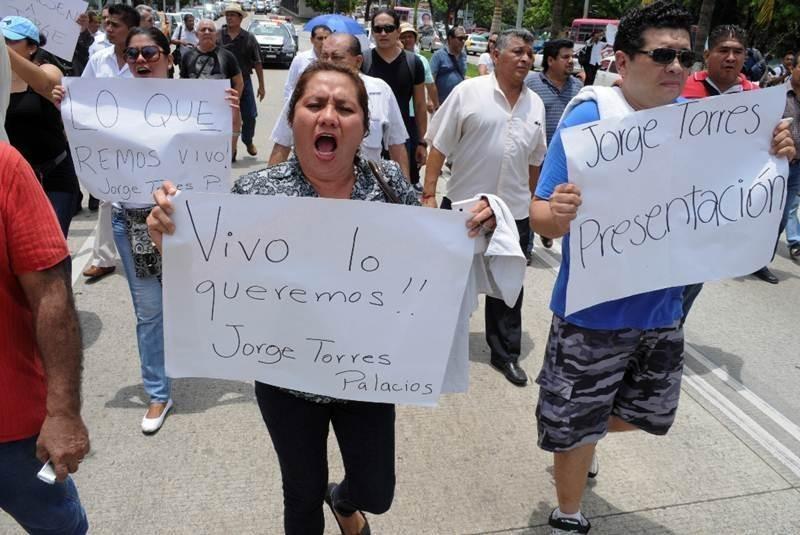 Marchan tras homicidio de vocero de Salud de Acapulco