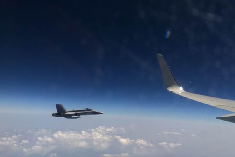 Boeing F/A-18E/F Super Hornet  (caza polivalente con capacidad para operar desde portaaviones)  - Página 4 Avion_escolta1-movil