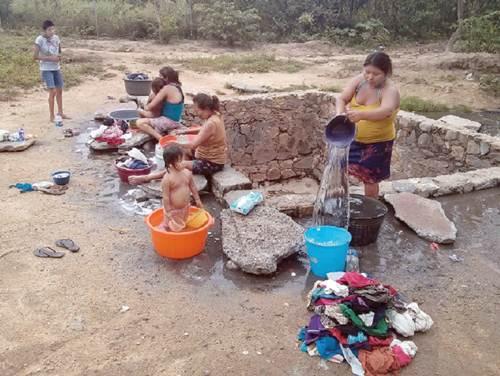 Las mujeres lavan a mano su ropa en los pozos que fueron construidos hace d�cadas, mientras los ni�o