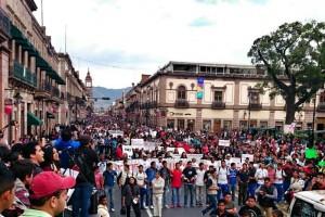 Marchan en Morelia por normalistas de Ayotzinapa