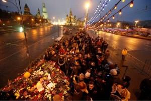 Cientos de rusos dejan flores en lugar de asesinato de Nemtsov