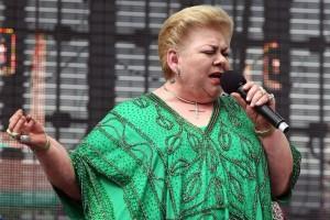 La cantante subi  a escenario ataviada con un elegante vestido verde 82916dd90d2