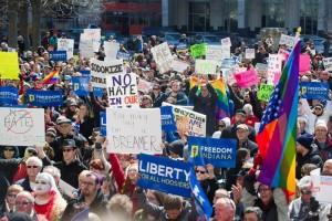 Miles marchan en Indiana en rechazo a ley que discrimina gays