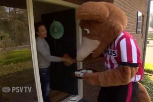 El Universal - Deportes - Mascota del PSV da regalos al hijo de Guardado