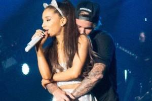 Bieber se muestra cariñoso con Ariana Grande en show