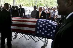Celebran funeral de afroamericano con presencia policial en EU