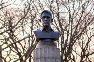 Aparece estatua de Snowden en NY; autoridades la retiran