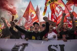 Miles protestan en Francia contra políticas del gobierno