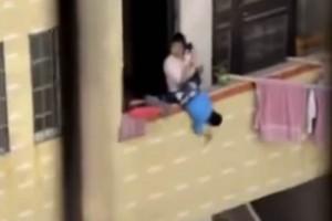 Video: Mujer amenaza con aventar por balcón a su hijo en China