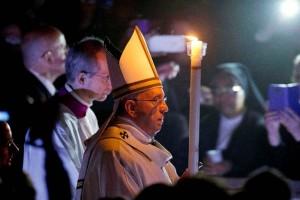 Inicia Papa celebración de la Vigilia Pascual