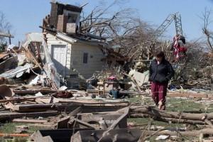 Reportan dos muertos y severos daños tras tornado en Illinois
