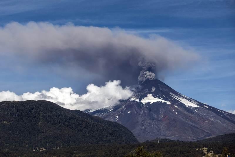 Alarma en Chile por enorme fumarola del volcán Villarrica