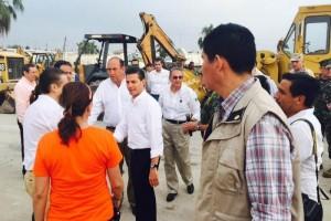 Peña recorre zona afectada por tornado en Acuña