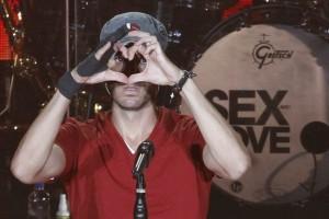 Enrique Iglesias complace a miles de fans