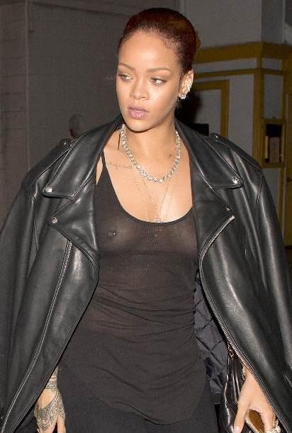 Rihanna se pasea sin sostén y blusa transparente