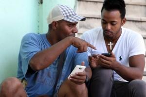 Una estampa inusual, Wi-Fi causa furor en Cuba